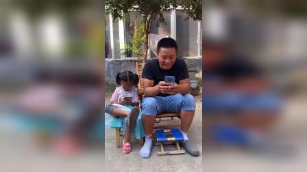 童年趣事:老爸玩手机也太入迷了吧,鞋子丢了都不知道