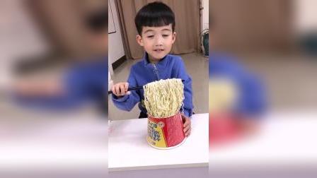 童年趣事:妈妈帮宝宝吃方便面,宝宝不让吃