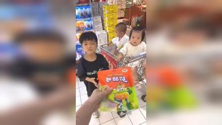童年趣事:妈妈买奶酪棒,不给哥哥吃