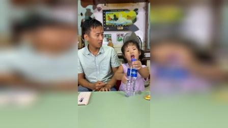 美好的童年:你怎么倒着喝水啊