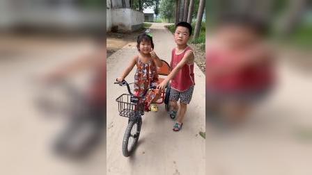 美好的童年:暖心小哥哥帮摔倒的妹妹爬起来