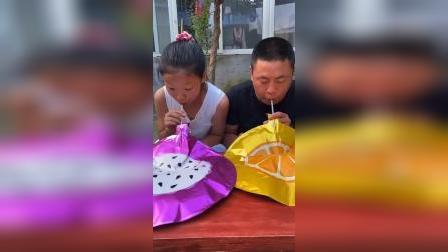 美好的童年:女儿和爸爸比赛吹气球