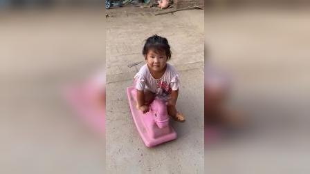 趣味童年:二宝在干嘛呀?