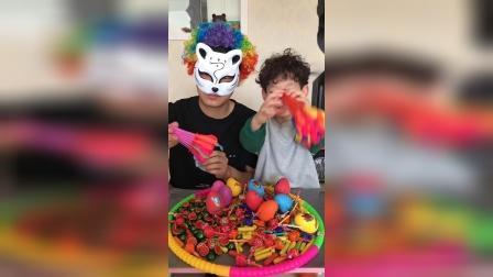 萌娃和大怪兽比赛吹气球
