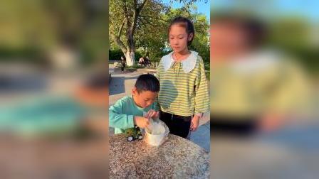 童年趣事:这像不像第一次吃臭豆腐的你?