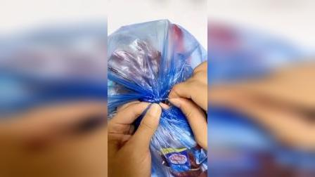 塑料袋绑太紧不好解开,今天我教你一个小技巧