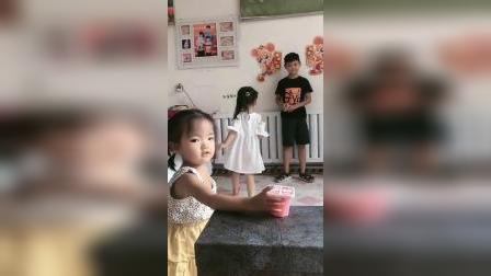 亲子游戏:妈妈给哥哥和妹妹买的果冻