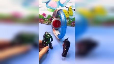 怪兽发现了个玩具,其实那不是玩具,是欧布奥特曼的变身器