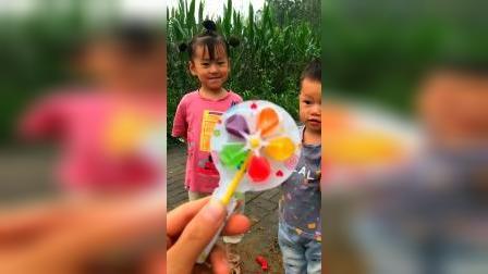 萌娃趣事:就一个风车糖,谁赢了谁吃