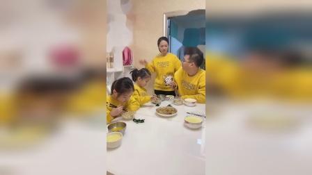 两个女儿挑食不吃青菜,打不得又骂不得,只能委屈她俩爹了~