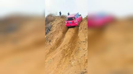 红色越野车爬陡坡,一把上去