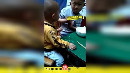 搞笑小视频:给你个大嘴巴子!