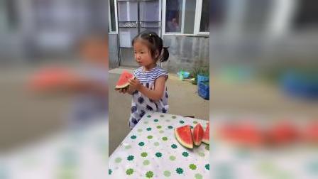 童年趣事:姐姐喊妹妹一起吃西瓜