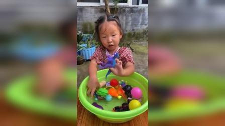 童年趣事:妈妈的口红掉水里找不到了呢