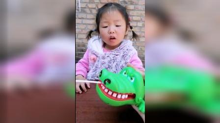 童年趣事:玩具鳄鱼把小朋友的棒棒糖给吃了