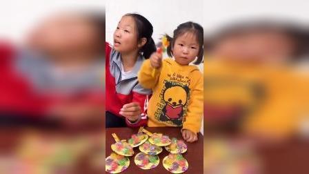 欢乐童年:姐姐唱着歌,手里的风车糖就被偷吃了