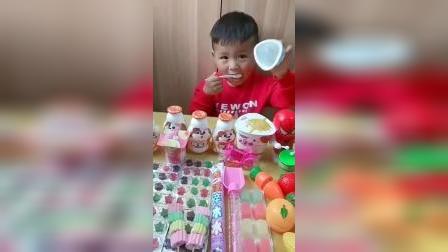 亲子游戏:宝贝把酸奶都喝完了,都不知道让着弟弟