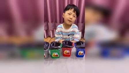 亲子游戏:宝贝怎么在吃垃圾桶