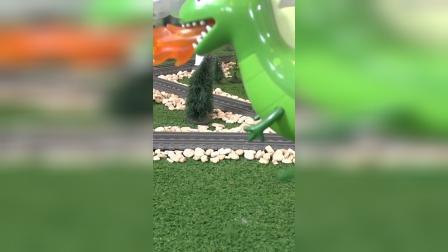 乔治骑着恐龙来见小羊苏西