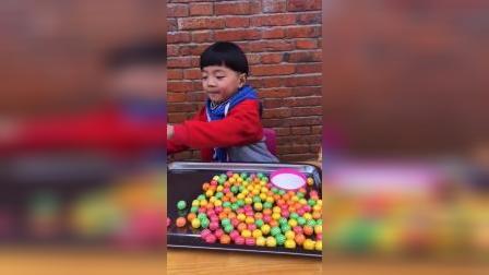 少儿益智:凯凯吃泡泡糖泡泡糖差点掉了