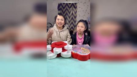 趣味童年:妈妈和女儿的糖果比赛