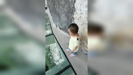 不到两岁的小家伙,也来感受一下什么是天高地厚