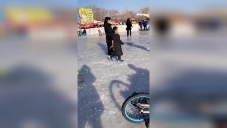 萌娃比赛滑冰