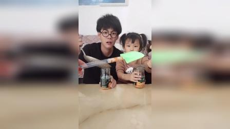 搞笑一家:宝贝和爸爸吃罐头太难了