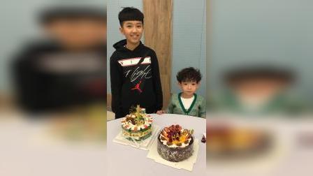 哥哥和弟弟一起吃蛋糕