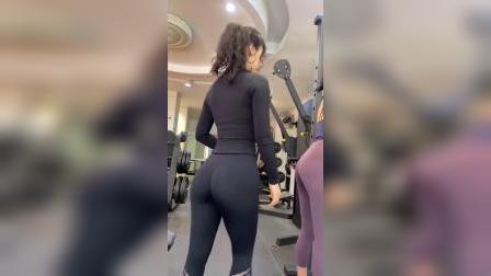 小姐姐穿着背心来训练,身材好不好?