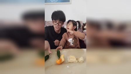 搞笑一家:宝贝吃饼干,爸爸吃辣椒