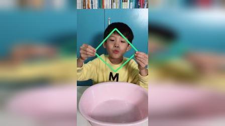 张力大小相同,被拉成一个圆形。