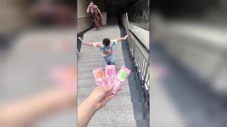 快乐童年-宝贝蹦蹦跳跳的来吃糖果