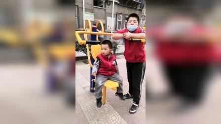 我的童年:哥哥和我一起来健身!