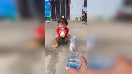 快乐童年-三宝自己乖乖喝奶