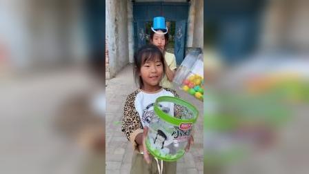 快乐童年-三个小朋友排队领糖果