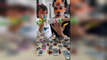 搞笑一家:宝贝和大老虎的手指真漂亮