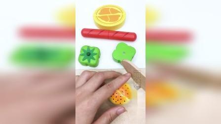 蔬菜水果切切看,切青椒和烤肠