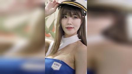 汽车展会 :  美女模特海军风