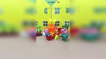 猪爸爸和乔治玩滑梯,猪爸爸太重了,把弄乔治摔倒了