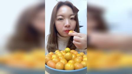 美女小姐姐试吃小金桔,一口一个,好好吃哦!