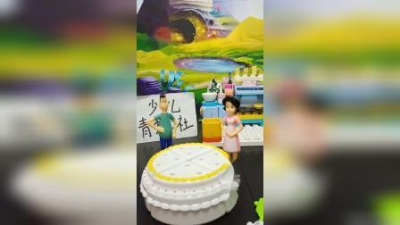 小头爸爸和围裙妈妈给大头儿子做蛋糕.