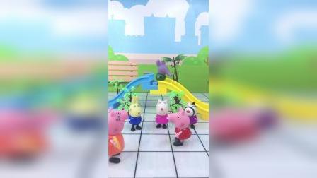 佩奇找小朋友玩耍,小朋友说佩奇是话匣子