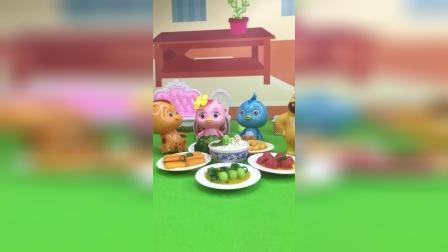 鸡妈妈不在家,大宇给弟弟妹妹们做了一桌子的好吃的,结果被熊二吃了