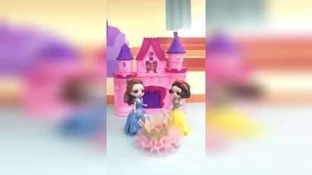 王后给贝儿买了漂亮的王冠,白雪却什么都没有,贝儿让给了白雪