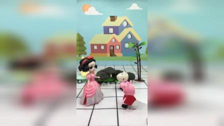 白雪公主邀请佩奇参加舞会,但佩奇没有好看的裙子