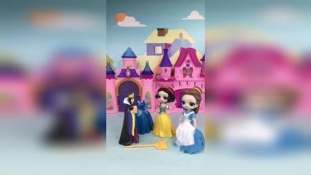 贝儿白雪的成人礼上,王后要求她们改名字,贝儿却改了白雪的名字