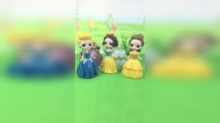 王后给公主们买了礼服裙,唯独没有白雪的,王后太偏心