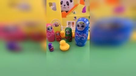 太套娃和姐姐们走散了,姐姐们很担心小套娃,多亏了小鸭子帮忙