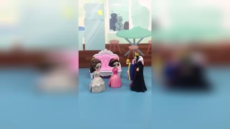 王后答应贝儿考第一就有奖励,贝儿跟白雪商量,平分奖励